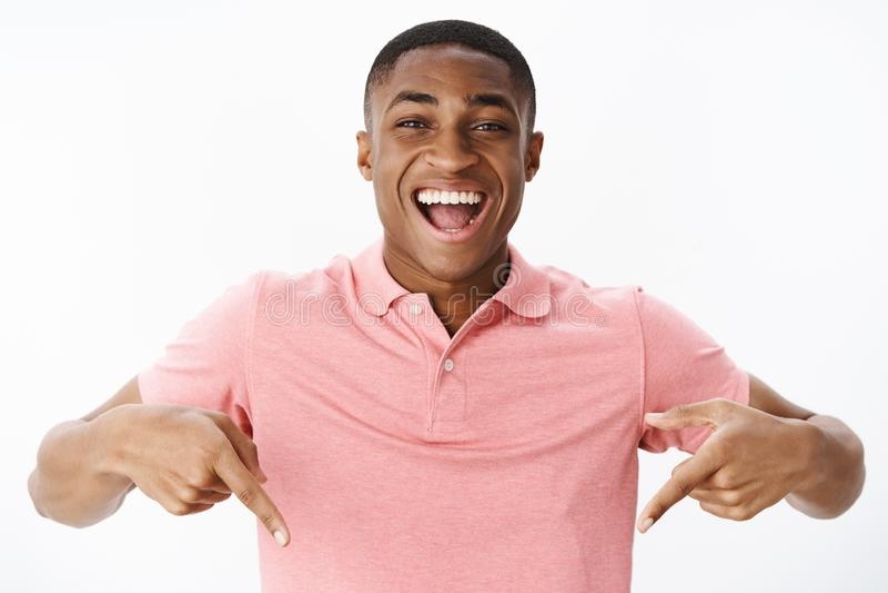 Συγκινημένο και εντυπωσιασμένο ευτυχές άτομο αφροαμερικάνων που στέκεται την υψηλή υπόδειξη κάτω με την κατάπληκτη και εύθυμη έκφ στοκ φωτογραφίες