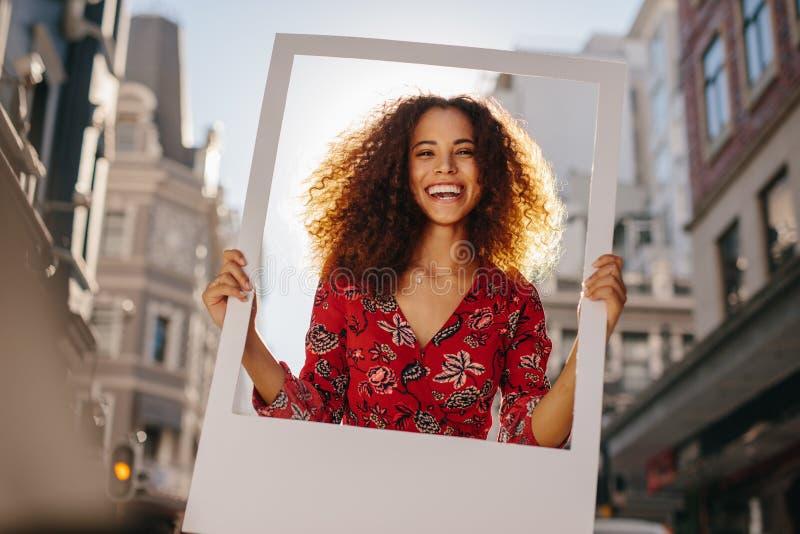 Συγκινημένο κορίτσι με το κενό πλαίσιο φωτογραφιών στοκ φωτογραφία με δικαίωμα ελεύθερης χρήσης