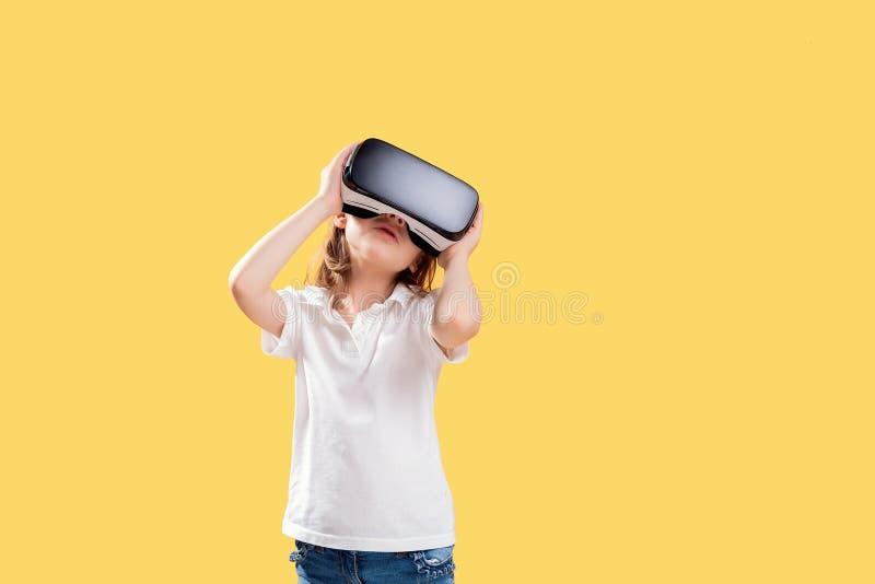 Συγκινημένο κορίτσι που είναι στην εικονική πραγματικότητα στοκ φωτογραφία
