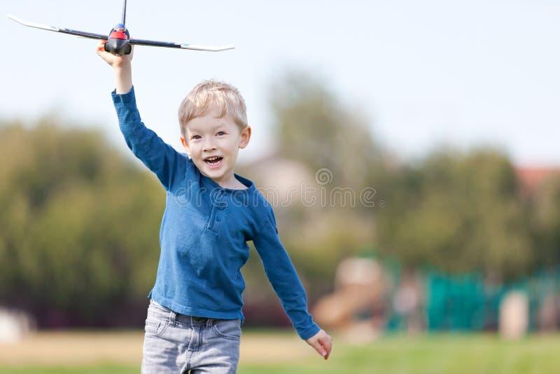 Παιχνίδι παιδιών με ένα αεροπλάνο στοκ εικόνα