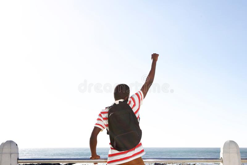 Συγκινημένο νέο άτομο αφροαμερικάνων που εξετάζει τη θάλασσα στοκ φωτογραφία με δικαίωμα ελεύθερης χρήσης