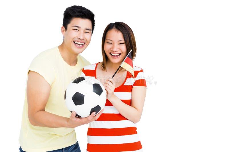 Συγκινημένο ποδόσφαιρο και σημαία εκμετάλλευσης ζευγών στοκ εικόνες