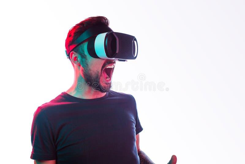 Συγκινημένο τυχερό παιχνίδι ατόμων στα προστατευτικά δίοπτρα VR στοκ φωτογραφίες με δικαίωμα ελεύθερης χρήσης