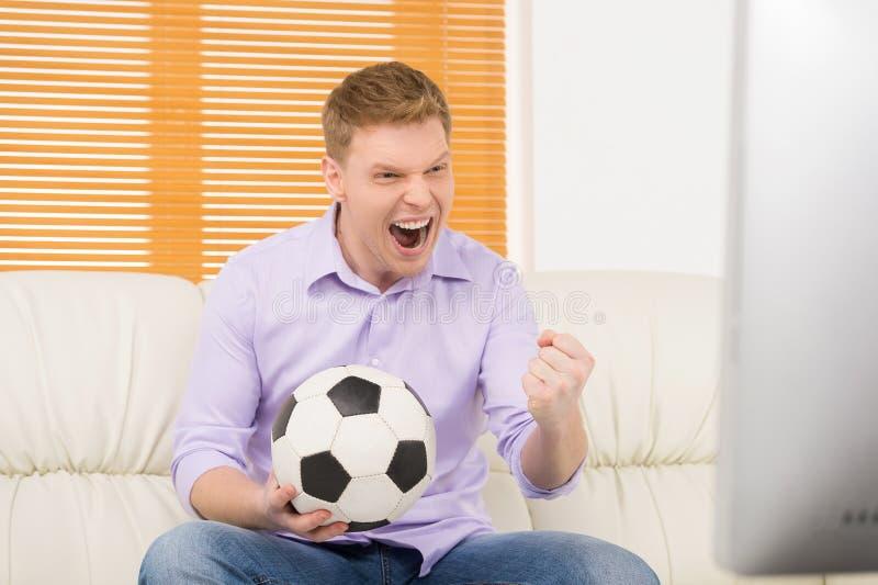 Συγκινημένο ώριμο ποδόσφαιρο προσοχής ατόμων στοκ φωτογραφία