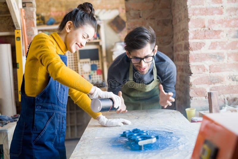 Συγκινημένο Artisans που κάνει τη δημιουργική ξυλουργική στοκ φωτογραφία με δικαίωμα ελεύθερης χρήσης