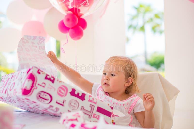 Συγκινημένο Cutie Unwrapping το παρόν γενεθλίων της στοκ φωτογραφία με δικαίωμα ελεύθερης χρήσης