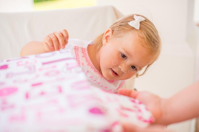 Συγκινημένο Cutie Unwrapping το παρόν γενεθλίων της στοκ εικόνες με δικαίωμα ελεύθερης χρήσης