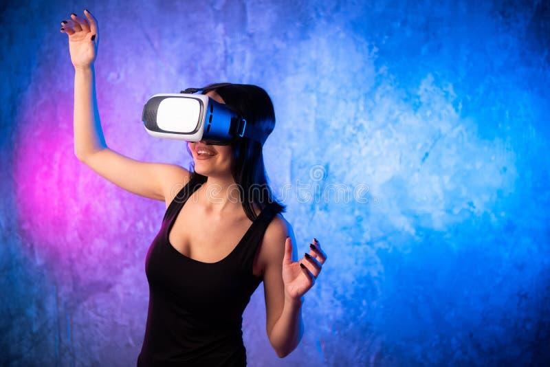 Συγκινημένο latinn κορίτσι στα γυαλιά ενός VR που εκπλήσσονται με αυτό που είδε Touchinmg και εκφράζει οι συγκινήσεις στοκ φωτογραφία με δικαίωμα ελεύθερης χρήσης