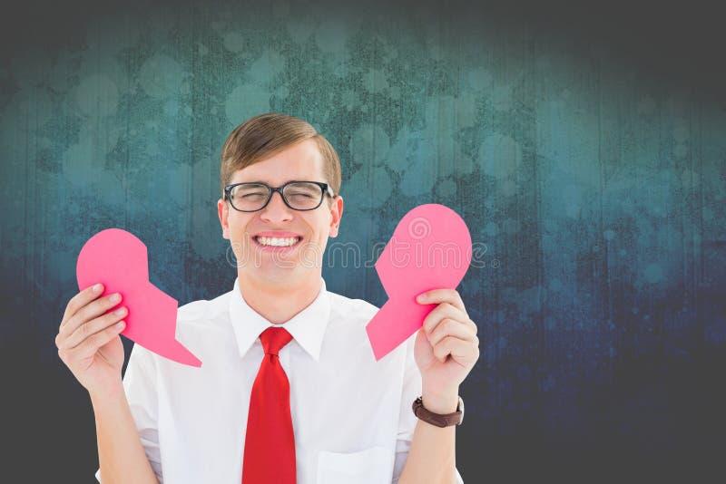 Συγκινημένο nerd άτομο που κρατά τη ρόδινη σπασμένη καρδιά στοκ εικόνες με δικαίωμα ελεύθερης χρήσης