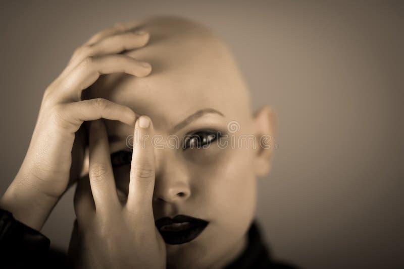 Συγκινητικό πορτρέτο μιας φαλακρής γυναίκας καλύπτοντας το πρόσωπό της στοκ εικόνες