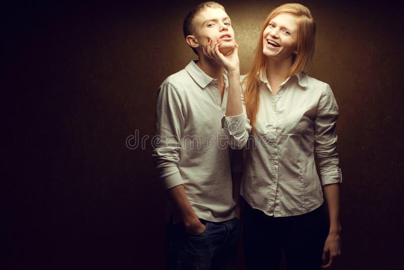 Συγκινητικό πορτρέτο δύο πανέμορφων κοκκινομάδών διδύμων μόδας στοκ εικόνες με δικαίωμα ελεύθερης χρήσης