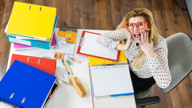Συγκλονισμένη επιχειρησιακή γυναίκα που εξετάζει τα έγγραφα στοκ φωτογραφία με δικαίωμα ελεύθερης χρήσης