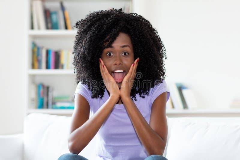Συγκλονισμένη και έκπληκτη γυναίκα αφροαμερικάνων στοκ φωτογραφία με δικαίωμα ελεύθερης χρήσης