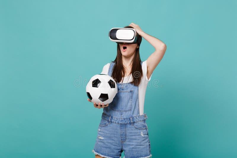 Συγκλονισμένος οπαδός ποδοσφαίρου γυναικών στη σφαίρα ποδοσφαίρου εκμετάλλευσης κασκών, που βάζει το χέρι στο κεφάλι που απομονών στοκ εικόνες