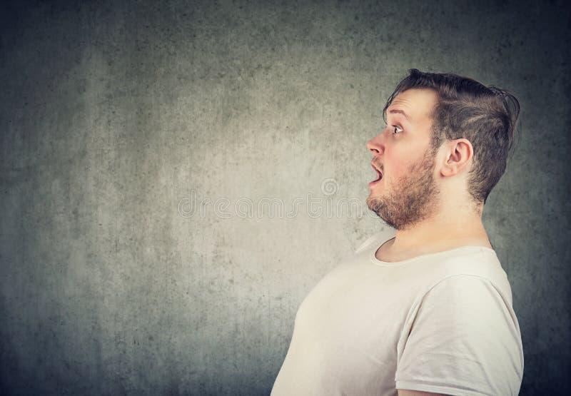 Συγκλονισμένο άτομο με το στόμα που ανοίγουν στοκ εικόνα