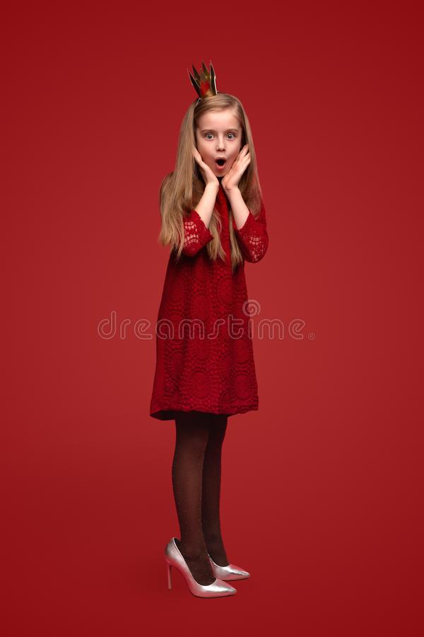 Συγκλόνισε λίγη πριγκήπισσα στα ενήλικα παπούτσια στοκ εικόνες με δικαίωμα ελεύθερης χρήσης