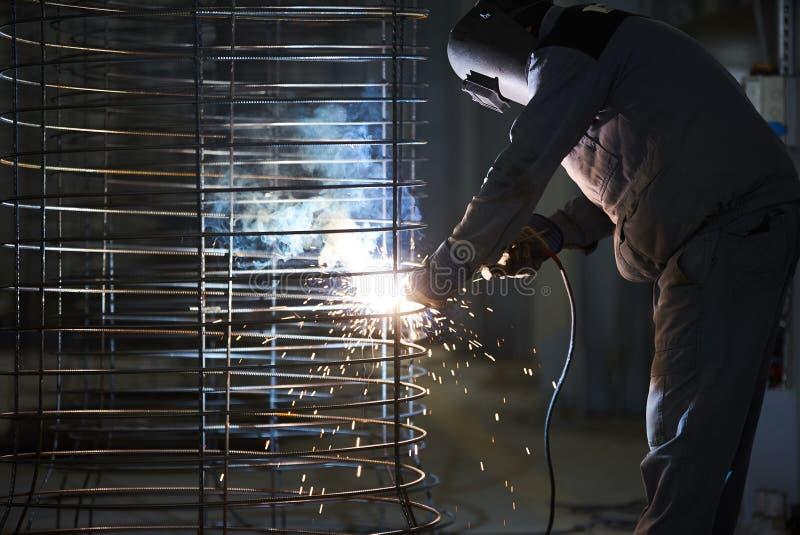 Συγκολλήσεις ατόμων οξυγονοκολλητών στο εργοστάσιο στοκ εικόνα με δικαίωμα ελεύθερης χρήσης
