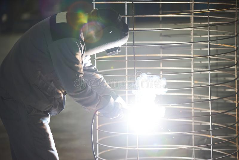 Συγκολλήσεις ατόμων οξυγονοκολλητών στο εργοστάσιο στοκ εικόνες με δικαίωμα ελεύθερης χρήσης