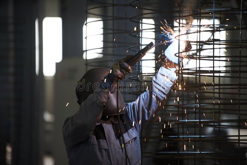 Συγκολλήσεις ατόμων οξυγονοκολλητών στο εργοστάσιο στοκ εικόνες