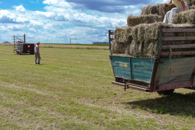 συγκομίζοντας τρακτέρ και αγρότης ρυμουλκών στοκ φωτογραφία με δικαίωμα ελεύθερης χρήσης