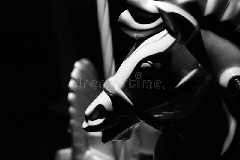 Συγκρατημένη γραπτή κινηματογράφηση σε πρώτο πλάνο ενός κεφαλιού αλόγων ενός εύθυμος-πηγαίνω-RO/$L*RO στοκ εικόνες