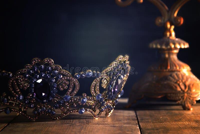 συγκρατημένη εικόνα της όμορφης κορώνας βασίλισσας/βασιλιάδων μεσαιωνική περίοδος φαντασίας Εκλεκτική εστίαση στοκ φωτογραφία