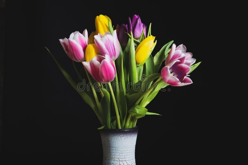 Συγκρατημένος ένα βάζο των τουλιπών λουλουδιών στοκ φωτογραφία με δικαίωμα ελεύθερης χρήσης