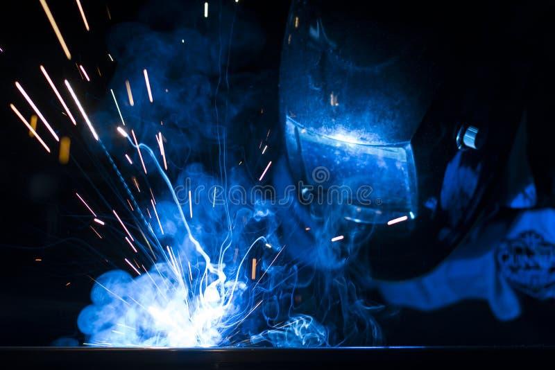 Συγκόλληση υπαλλήλων που χρησιμοποιεί τον οξυγονοκολλητή MIG/MAG στοκ φωτογραφία