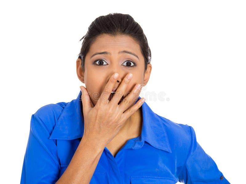 Συγκλονισμένη γυναίκα που καλύπτει το στόμα της στοκ φωτογραφίες