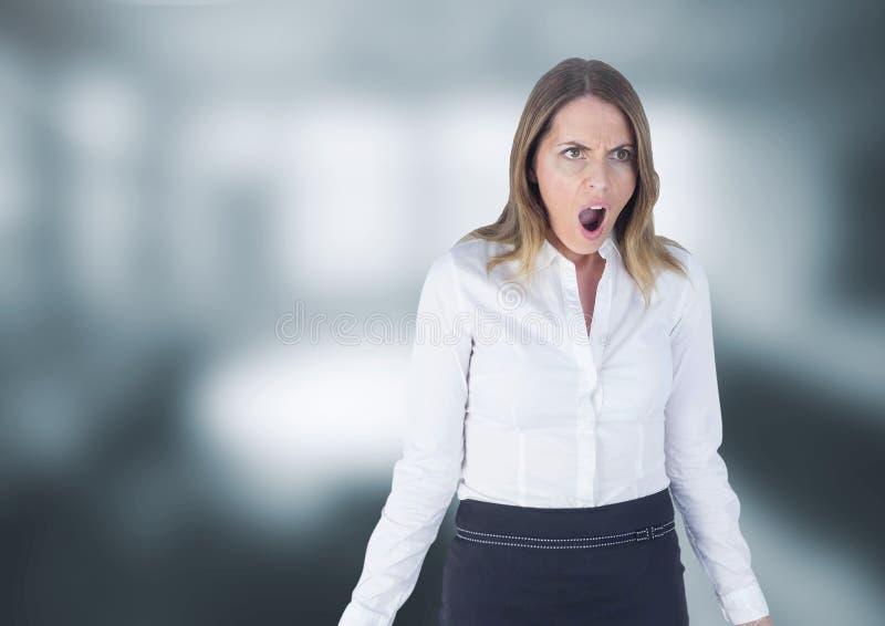 Συγκλονισμένη γυναίκα στο γκρίζο κλίμα στοκ φωτογραφία με δικαίωμα ελεύθερης χρήσης