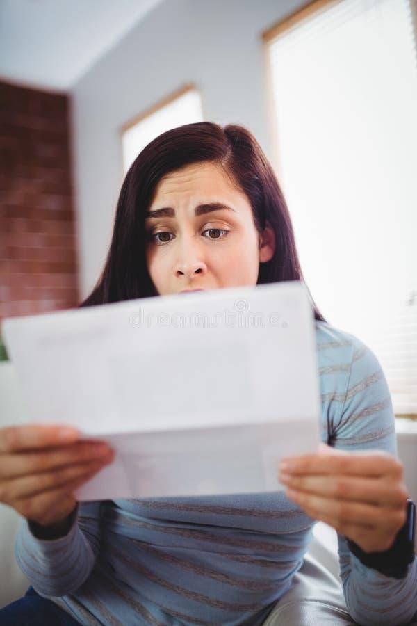 Συγκλονισμένη όμορφη επιστολή εκμετάλλευσης γυναικών στοκ εικόνες με δικαίωμα ελεύθερης χρήσης