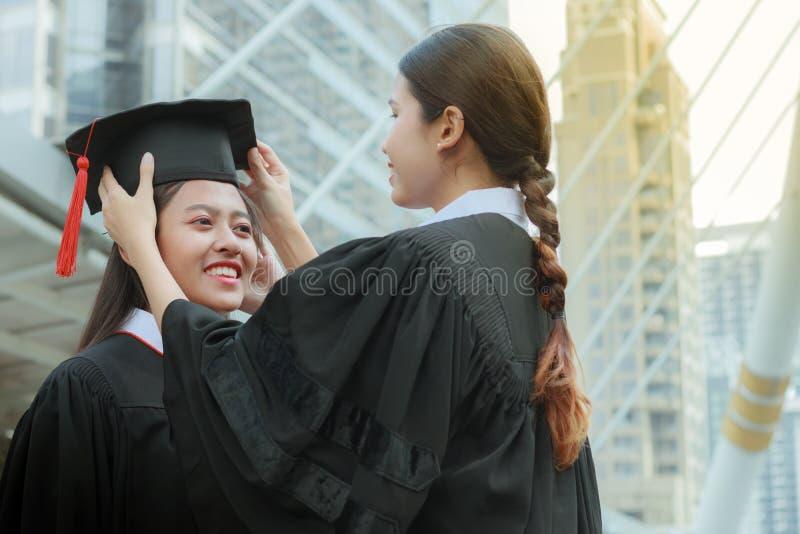 Συγχαρητήρια εκπαίδευσης έννοιας στο πανεπιστήμιο στοκ εικόνα