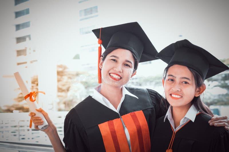 Συγχαρητήρια εκπαίδευσης έννοιας στο πανεπιστήμιο, στοκ φωτογραφία