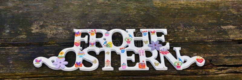 Συγχαρητήρια ευτυχές Πάσχα στα γερμανικά Κείμενο στο ξύλινο αγροτικό υπόβαθρο στοκ φωτογραφία με δικαίωμα ελεύθερης χρήσης