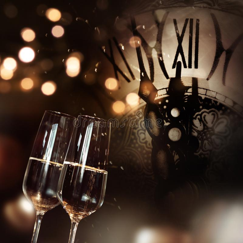 Συγχαρητήρια με τη σαμπάνια και το ρολόι για το νέο έτος στοκ φωτογραφία με δικαίωμα ελεύθερης χρήσης