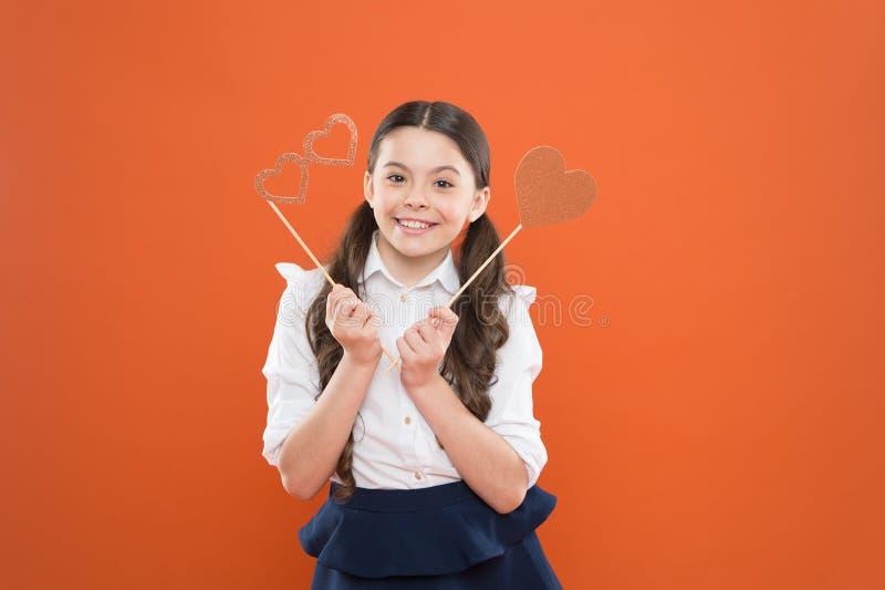 Συγχαρητήρια ( E μικρός σπουδαστής κοριτσιών σχολικός εραστής σχολικό κορίτσι σε ομοιόμορφο παιδί με στοκ φωτογραφία με δικαίωμα ελεύθερης χρήσης