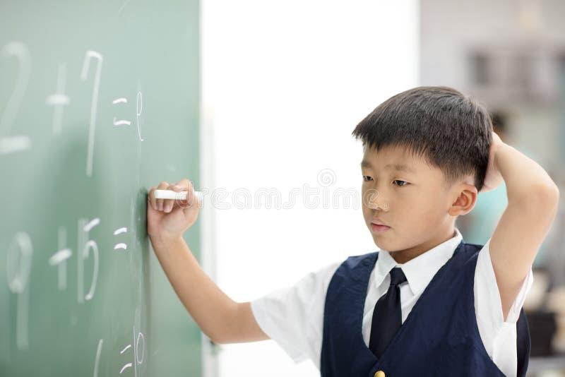 Συγχύσετε το μαθητή προσπαθεί να απαντήσει στην ερώτηση στοκ φωτογραφίες