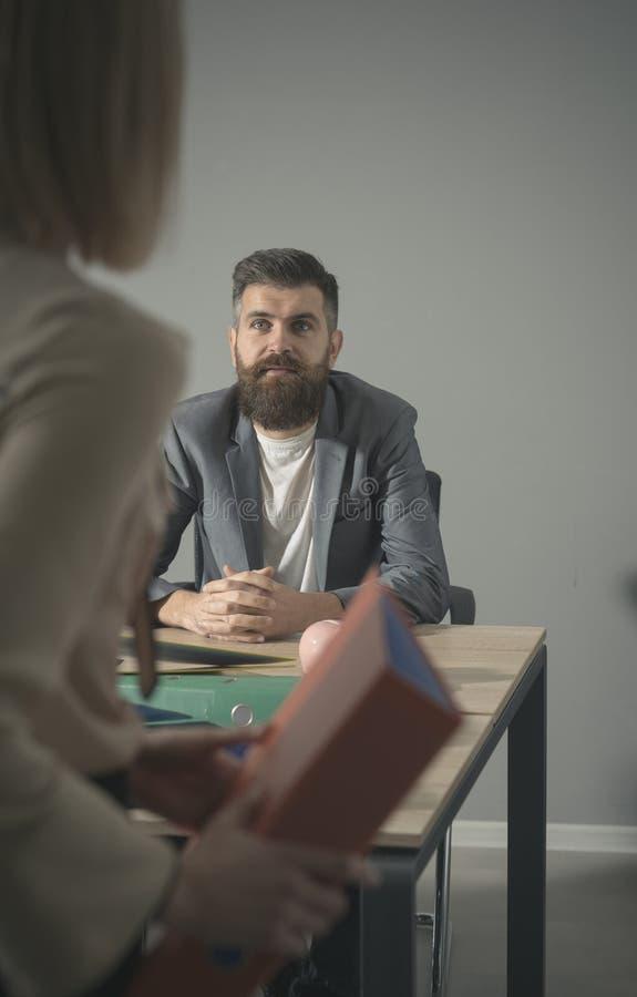 Συζήτηση ανδρών στη γυναίκα στην επιχειρησιακή συνεδρίαση στην αρχή Άτομο και επιχειρηματίας στη διαδικασία εργασίας, πολυάσχολη  στοκ φωτογραφία με δικαίωμα ελεύθερης χρήσης