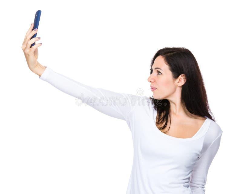 Συζήτηση γυναικών selfie με κινητό τηλέφωνο στοκ εικόνες