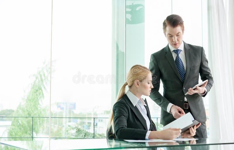 Συζήτηση επιχειρηματιών και γυναικών στοκ φωτογραφία