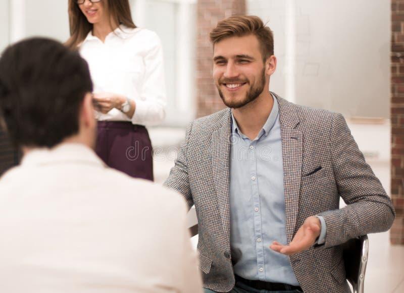 Συζήτηση επιχειρηματιών στο γραφείο τράπεζας στοκ φωτογραφίες