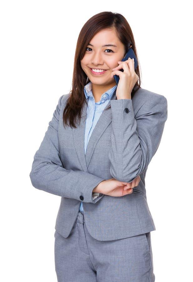 Συζήτηση επιχειρηματιών Aisan στο κινητό τηλέφωνο στοκ εικόνες