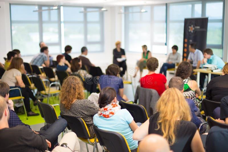 Συζήτηση διασκέψεων στρογγυλής τραπέζης στην επιχειρησιακή σύμβαση στοκ εικόνα