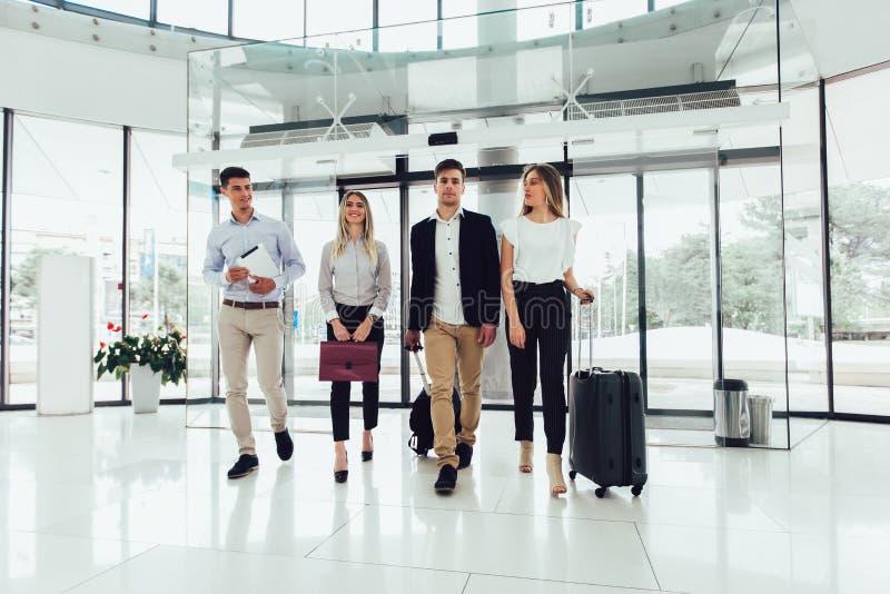 Συζήτηση και περίπατος επιχειρηματιών μαζί με την ψηφιακές ταμπλέτα και τις αποσκευές ταμπλετών στοκ φωτογραφία με δικαίωμα ελεύθερης χρήσης