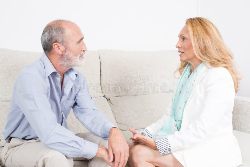 Συζήτηση μεταξύ του ηλικιωμένου ζεύγους στοκ φωτογραφίες