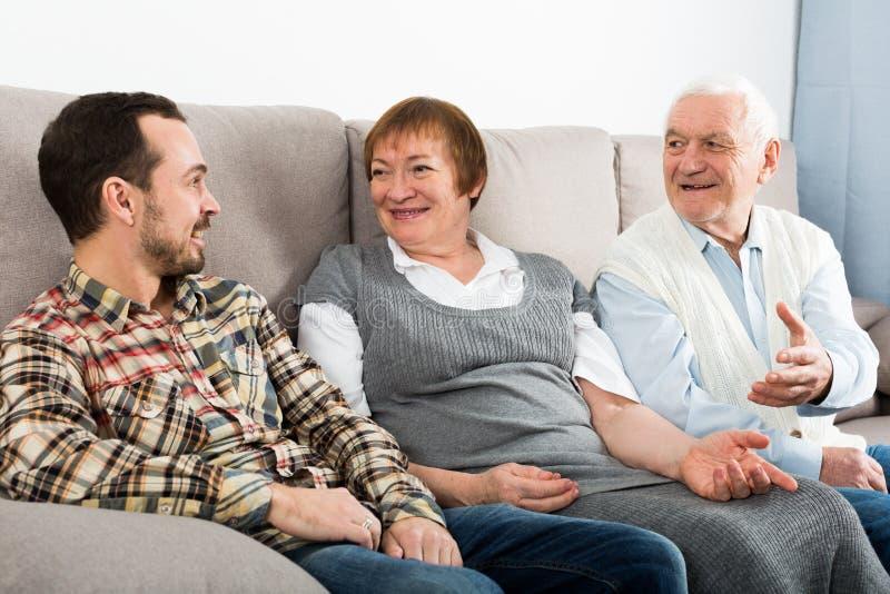 Συζήτηση παππούδων και γιαγιάδων και εγγονών στοκ εικόνα με δικαίωμα ελεύθερης χρήσης