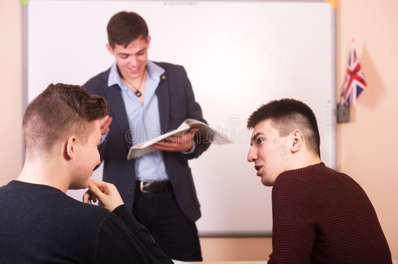 Συζήτηση στο μάθημα Δάσκαλος Youn με το βιβλίο στο υπόβαθρο στοκ φωτογραφίες με δικαίωμα ελεύθερης χρήσης