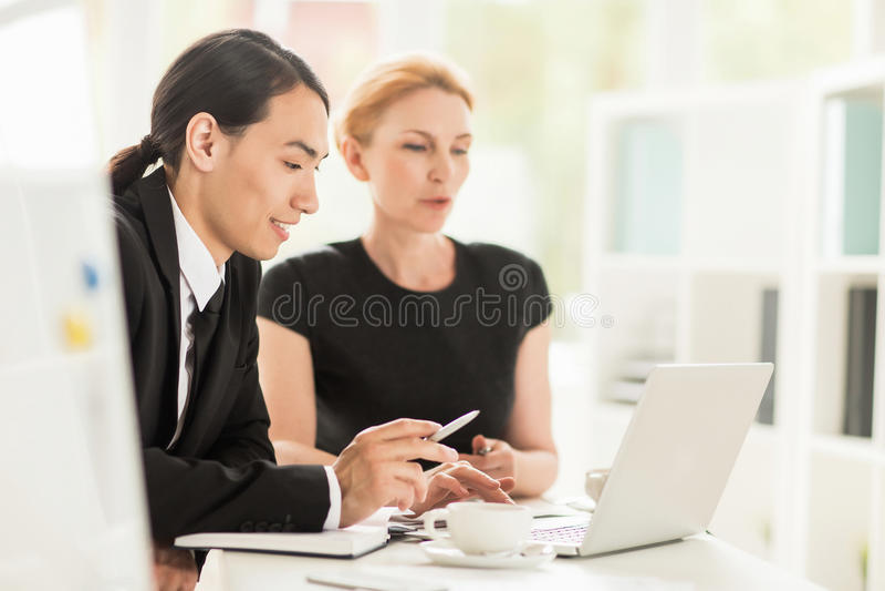 Συζήτηση του προγράμματος με το συνάδελφο στοκ εικόνα