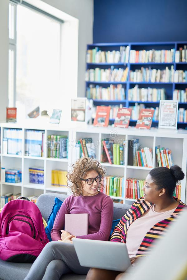 Συζήτηση του σχεδίου του προγράμματος στη βιβλιοθήκη στοκ φωτογραφία με δικαίωμα ελεύθερης χρήσης