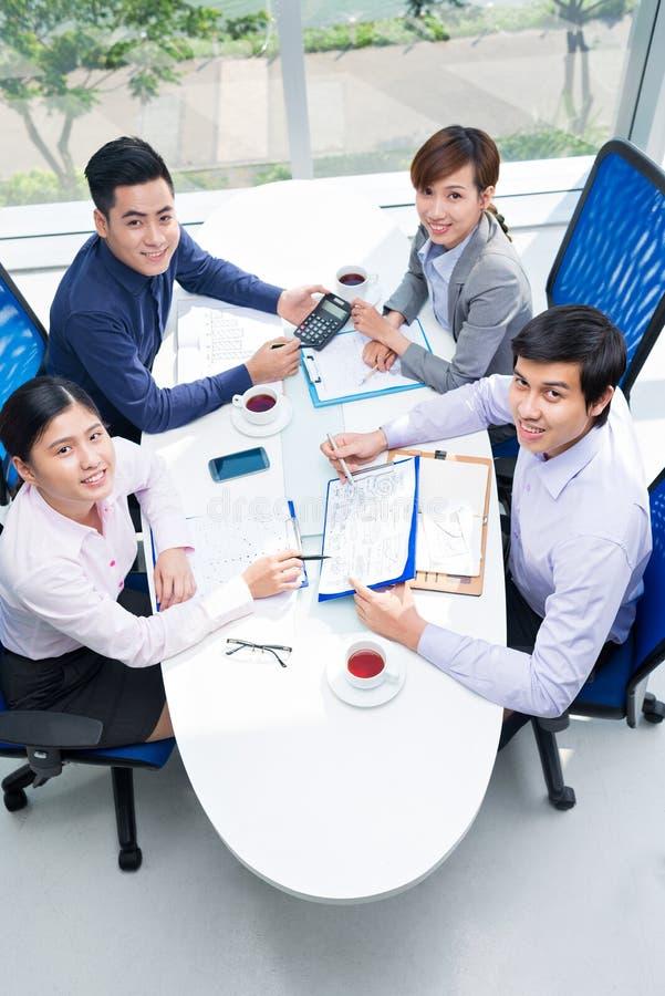 Συζήτηση των οικονομικών εγγράφων στοκ φωτογραφίες